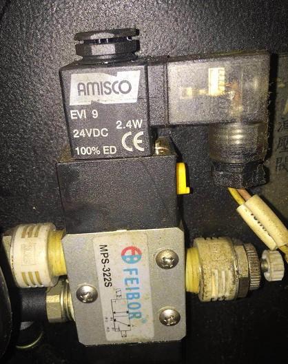 一组连接到气缸气腔的左端,另一组连接到气缸气腔的右端,   第三组图片